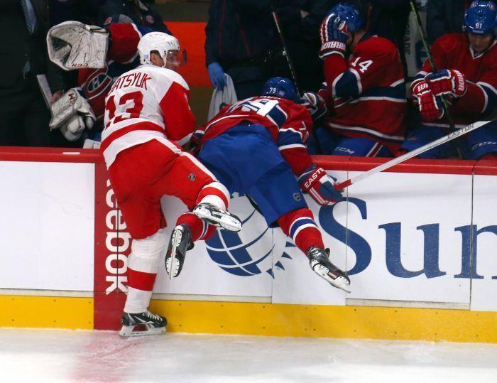 Девушка дрочит парню на матче хоккея — photo 10