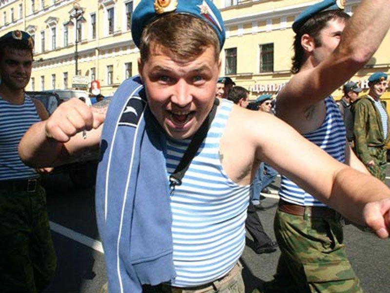 Пьяный российский десантник страстно трахает геев в армии