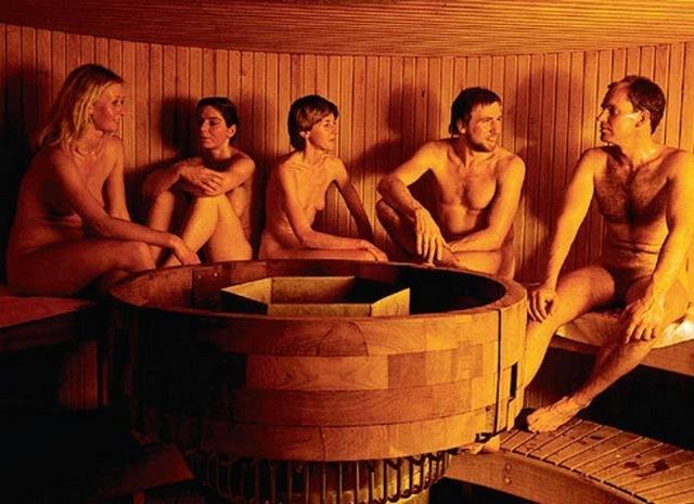 paren-s-devushkami-v-saune