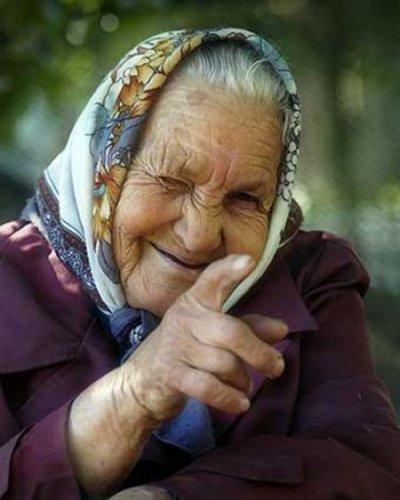 Молодые прут старушек