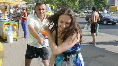 Хулиганы задирающие юбки