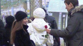 Неудачно познакомился 8-го Марта В итоге он подарил ей цветы, смотрите полную версию: http://www.youtube.com/watch?v=UtPKI4SqS58