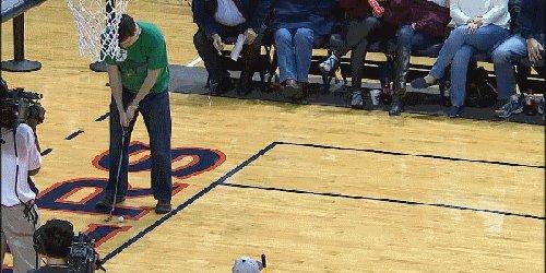 Счастливчик выиграл автомобиль в перерыве баскетбольного матча Расстояние 29 метров, ширина воротец 5 сантиметров, диаметр мяча для гольфа 4,3 см
