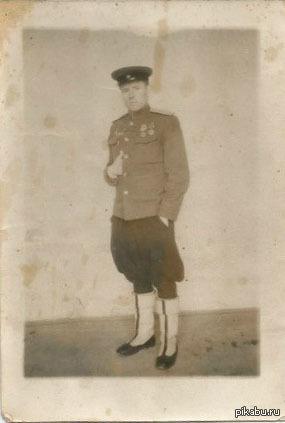 Помогите кто чем может Это мой прадед,донской казак,участвовал в обороне Ленинграда и освобождении Праги.Кто может,покрасьте в фотошопе пожалуйста,буду очень благодарен)