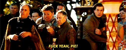 За пирогом бежит