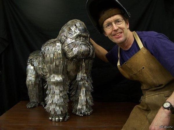 Горилла из столовых приборов На эту гориллу у мастера ушло 1500 столовых приборов.