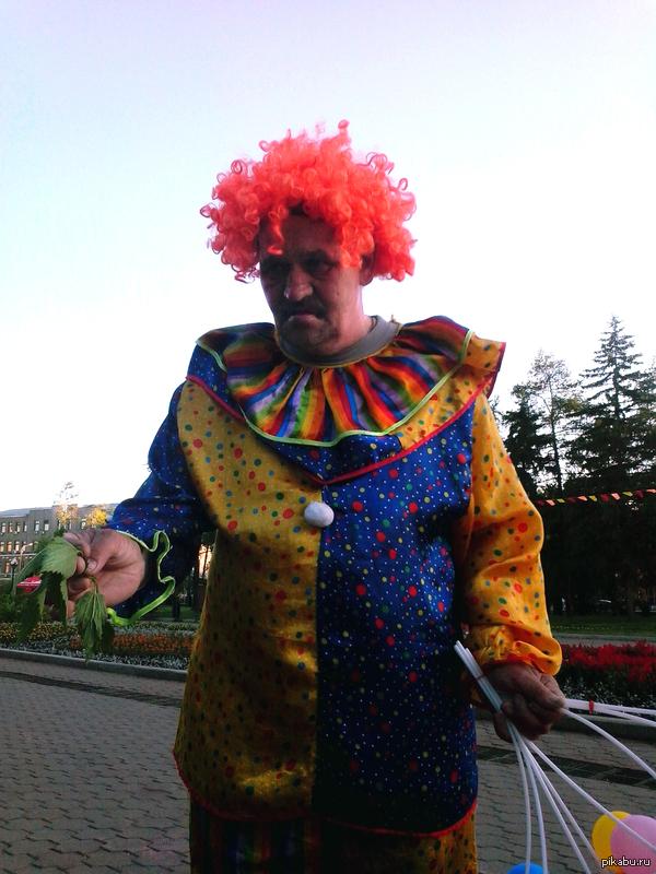 Самый веселый клоун в мире Встретил на улице вот такого продавца шариков
