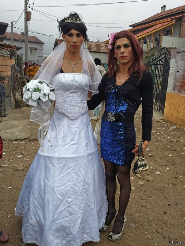 Цыганская гей свадьба: Цыгане бургазлии сыграли свою первую гей-свадьбу. Женились цыган Асен Христов 32-х лет от роду и его возлюбленный Мустафа, который на 7 лет старше.