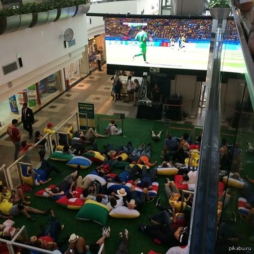 Вот так люди смотрят футбол в одном из торговых центров Бразилии Скомунизжжено со sports.ru