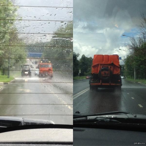 В России две беды Сегодня специальные машины поливали дороги... В дождь.