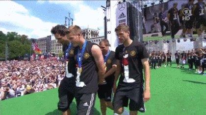 Капитан сборной Германии представляет кубок чемпионата мира более чем полумиллиону фанатов в Берлине