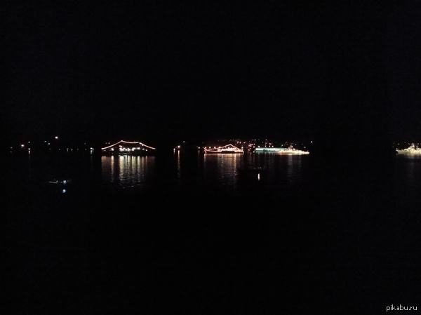 Сегодня буду спать, наблюдая такую красоту. В Севастополе на утесе перед днём ВМФ. Снимал на телефон, за качество не ругайте.