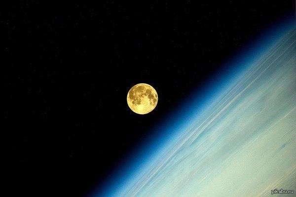 Суперлуние из космоса Российский космонавт Олег Артемьев опубликовал фото суперлуния с орбиты