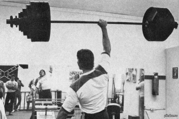 Рекорд Гиннеса Рекорд Гиннеса при весе в 115 кг старина Арнольд поднял на бицепс штангу в положении стоя 120 кг на 20 раз.