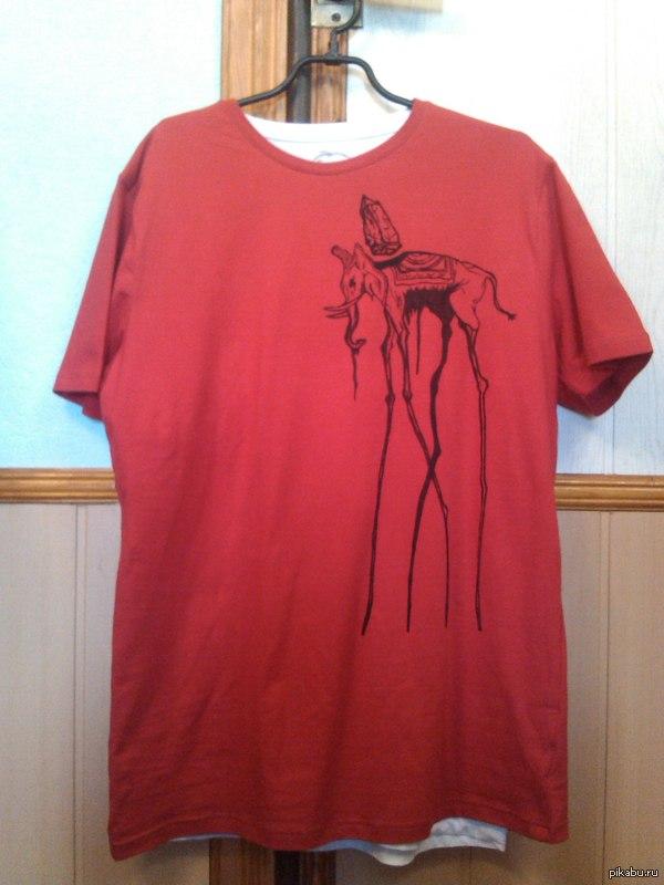 """Слон Дали. В поддержку пятничного тега """"Моё"""". Фоткала на тапок, качество плохое. Иногда рисую на футболках. Сделала любимому человеку. Единственный экземпляр в Саратове и Ульяновске."""