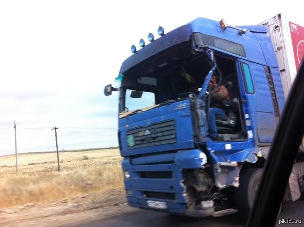 Тихий огонек моей души (не моё) Обогнал вот такого водителя...Трасса Волгоград - Камышин. Мужичок на МАНе в толстой куртке и капюшоне. Нет лобового стекла и левой двери. Скорость 100 км/ч.