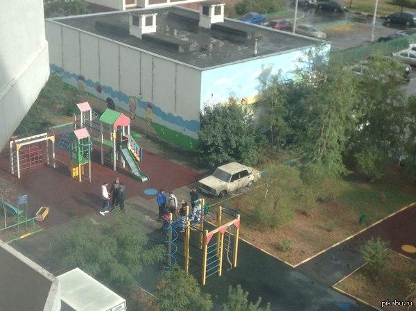 Прошу помочь советом. Что делать с этими людьми? Каждый день собираются под окнами на детской площадке, мешают и жильцам, и детишкам. Полицию вызывали, да им пофиг похоже.