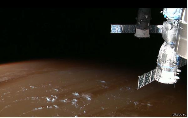 На рассвете поверхность Земли похоже на поверхность Юпитера снимок с МКС
