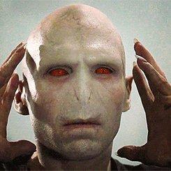 Каноничный Волан-де-Морт с красными глазами. Так он должен был выглядеть, если бы его сделали по книге.