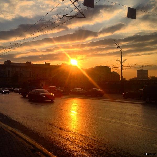 """Восход сегодня прекрасен на разных концах страны. Москва, Павелецкая площадь  В ответ на <a href=""""http://pikabu.ru/story/voskhod_solntsa_2670449"""">http://pikabu.ru/story/_2670449</a>"""