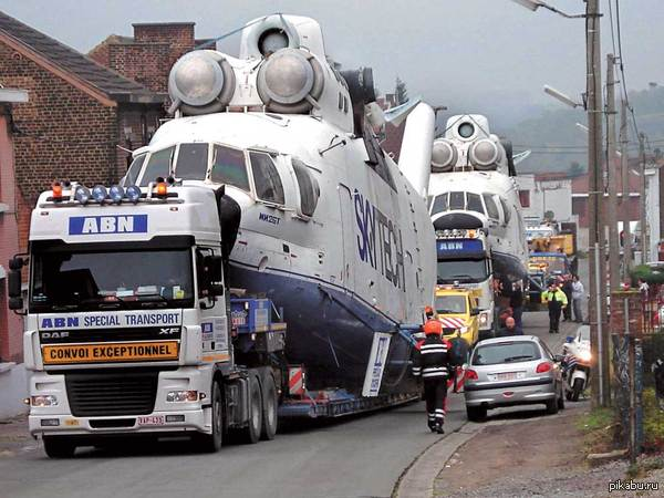 Земной тягач воздушного везет 2009-й г., Бельгия. Перевозка Ми-26Т в порт Брюгге