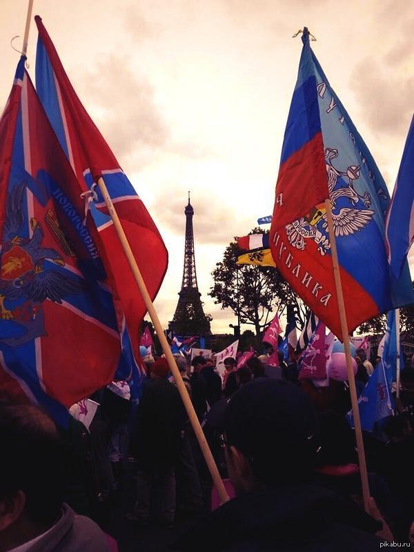 Флаги Новороссии на фоне известной башни