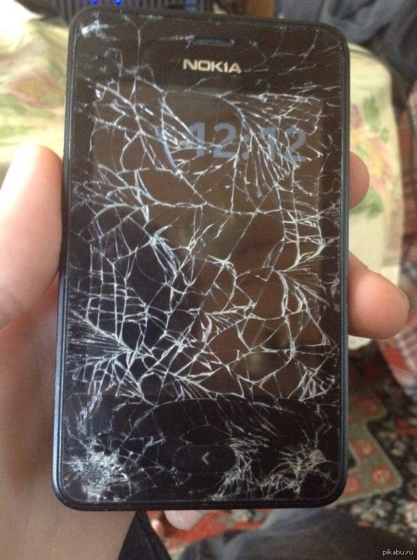 Разбитый телефон( При выходе из автобуса я как обычно достал телефон - время глянуть.И в этот момент меня толкнула выходящая из автобуса бабулька(Итог можно увидеть на фото