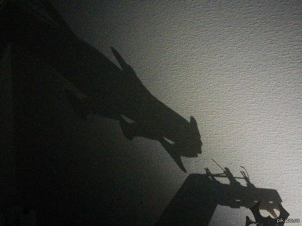Включил фонарик, а тут дракон Забавная тень от гитары
