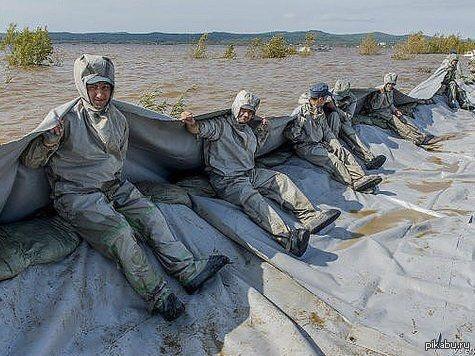 Мы приедем мы примчимся, на Уралах утром ранним, наводненье остановим, хоть бы собственной спиной... Наводнение на востоке России.