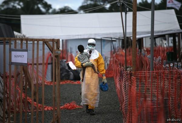 Медицинский работник в центре для больных лихорадкой Эбола.