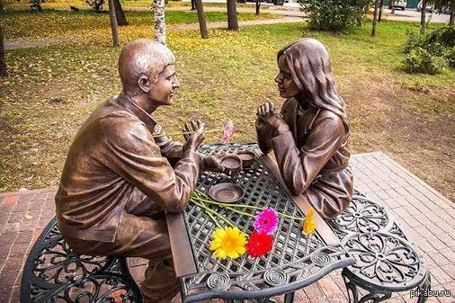 """Бронзовая скульптура """"Любовь с первого взгляда"""" в Омске как много сюжетов можно забацать с минимумом реквизита... у меня слишком богатое воображение"""