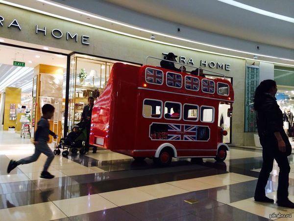 Автобус для детей на нем катаются дети по торговому центру