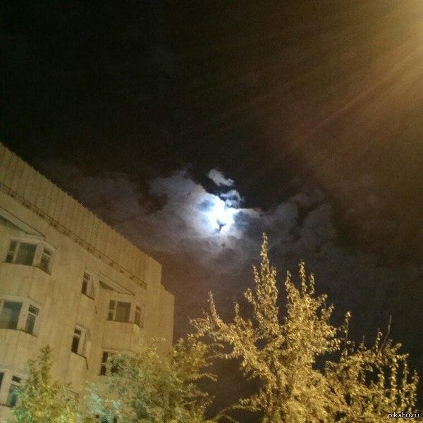 When you see it... Словно Дракула в душу глядит. Друг вчера отправил фото. Просто сфоткал ночное небо. Он даже не подозревал об этом, пока я не объяснил)