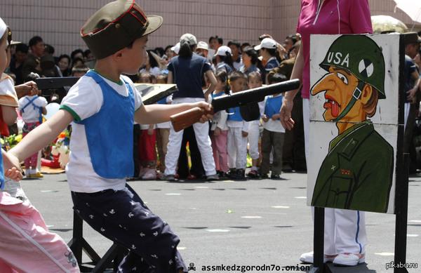Юные патриоты Северной Кореи пугают из ружей реалистично нарисованных американских солдат.