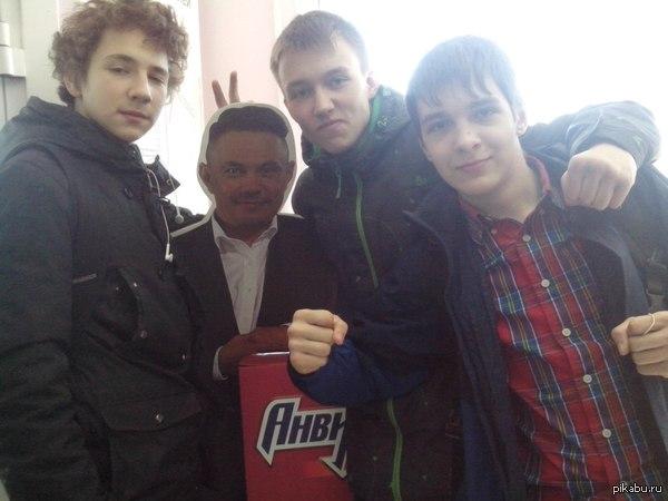 Гулял с Костей Дзю и встретил двух пацанов.  Говорят,что они знаменитые,так что вот оно,моё фото со знаменитостями.