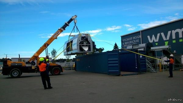 Вопрос технарям Подскажите кто знает как устроен и сколько весит данный кран, если он способен ездить с грузом в 8 тонн?