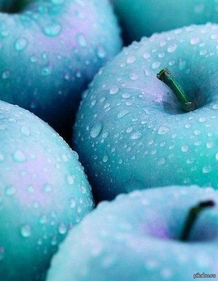 Просто голубые яблоки, фотошоп, но выглядит красиво.)