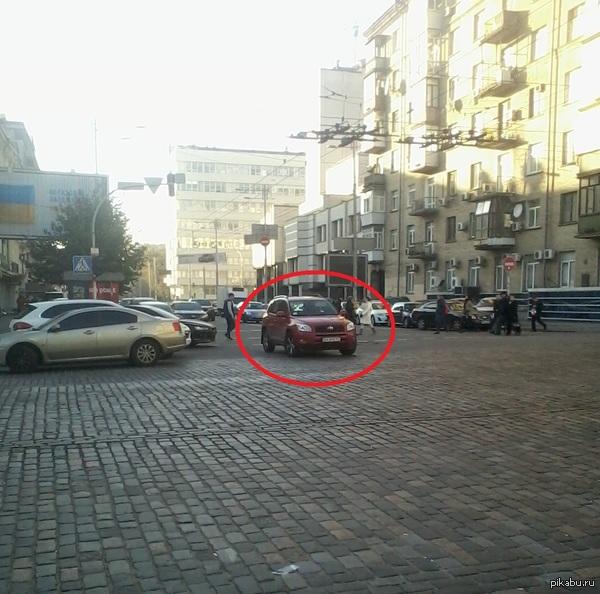 Да что ты знаешь о муд***й парковке? В машине никого нет, аварийка не включена.