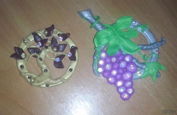 Поделки из полимерной глины Мои сувениры подругам, подвеска и магнитик.