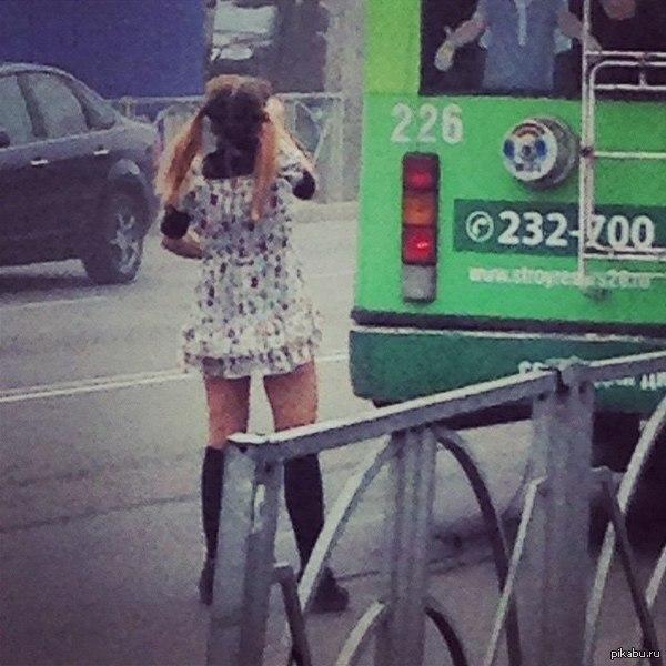 Попа в троллейбусе