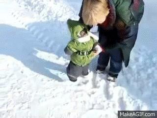Тепло одетая обезьяна бегает по снегу