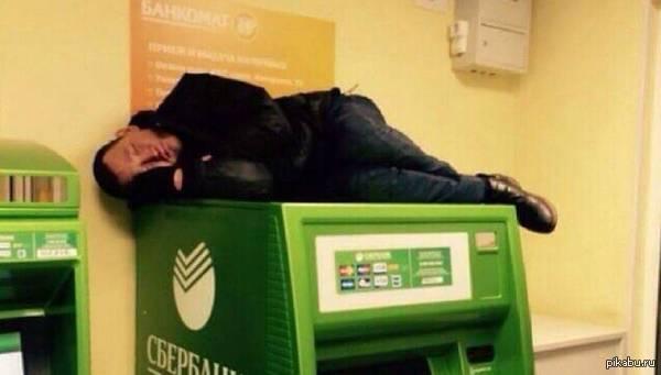 Мужчина, спасаясь от холода, переночевал на банкомате в офисе Сбербанка