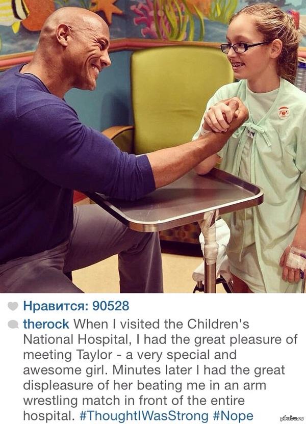 Дуэйн Джонсон выигрывает у маленькой, больной девочки в поддавки. Даже на больничной пижаме санта.