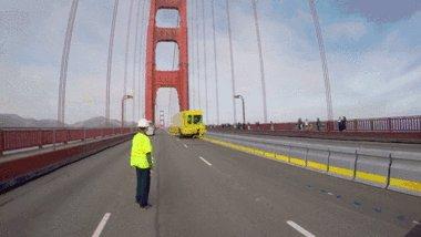 Как передвигают бетонные ограждения на дороге Мост Golden Gate Bridge