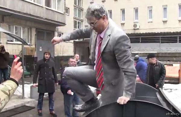"""Директора театра в Днепропетровске подвергли «мусорной люстрации"""""""