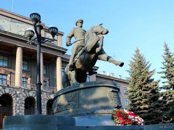 Интересные факты о Екатеринбурге:Во время парада на центр. площади Свердловска в 1951 году,Маршал Жуков упал с коня.... из-за выступа на брусчатке. В последствии все парады, проходившие в СССР, проводились с использованием авто.