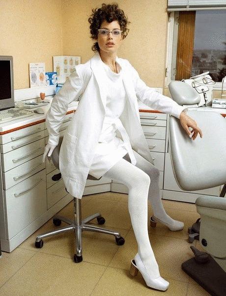 супермодель Даутцен Крез в образе стоматолога) гифка с сюрпризом от пациентов отбоя бы не было)