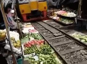 Поезд проезжает по рынку возможно, баян