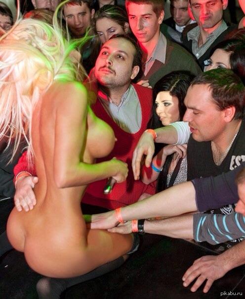 мужчина трогает за грудь стриптизершу - 6