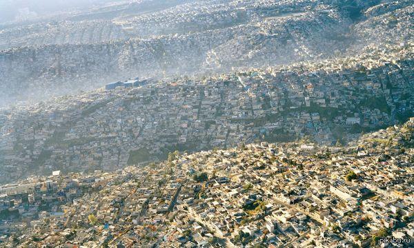Похоже на скриншот из градостроительного симулятора, но это один из крупнейших городов мира - Мехико.